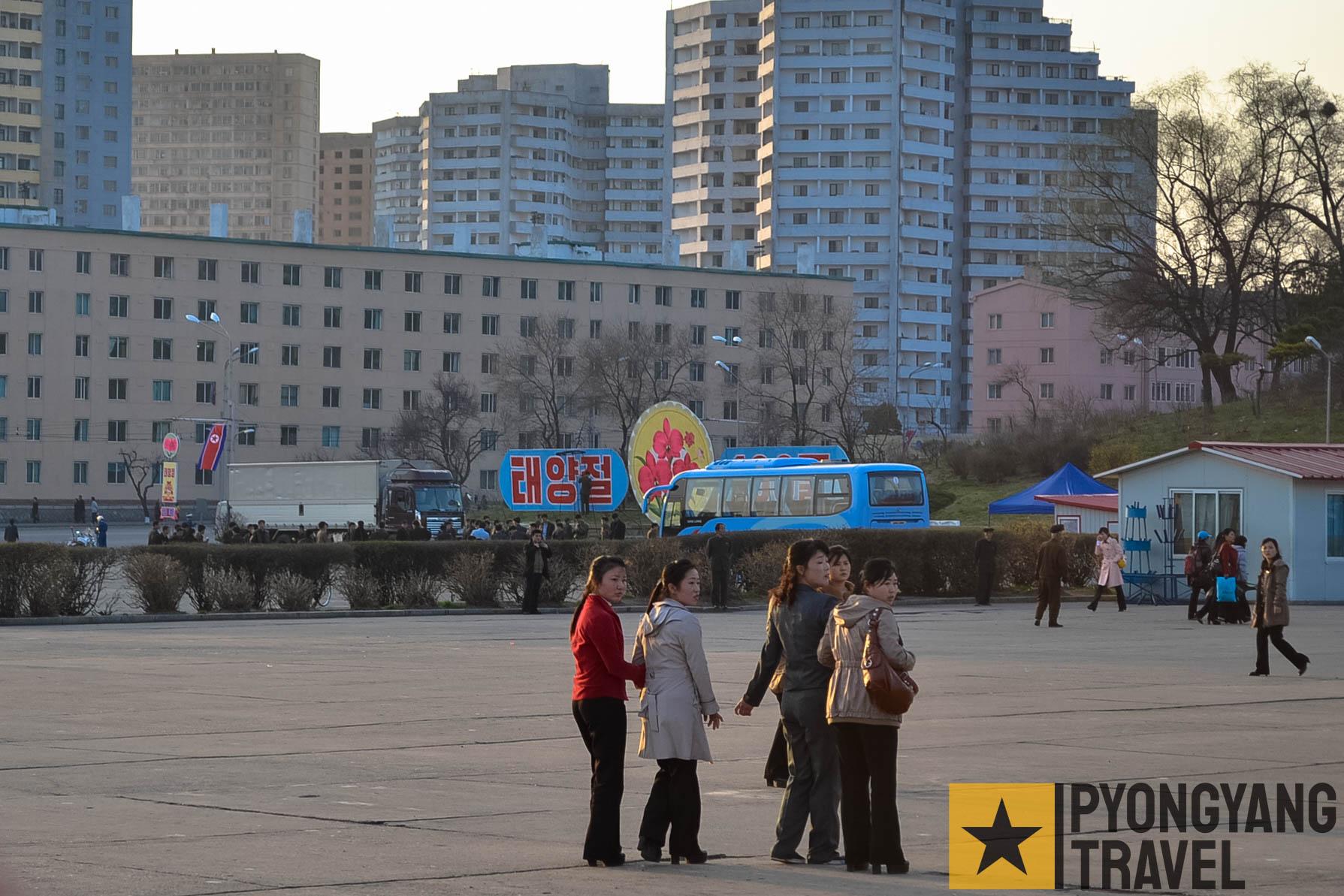 Frauen in Pyongyang auf dem Platz beim Triumphbogen