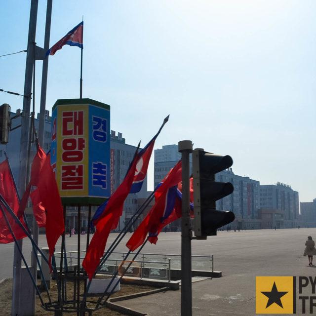 Geschmückte Straßenkreuzung in Pyongyang 2012