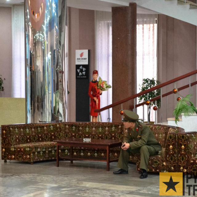 Soldat wartet in der Hotellobby