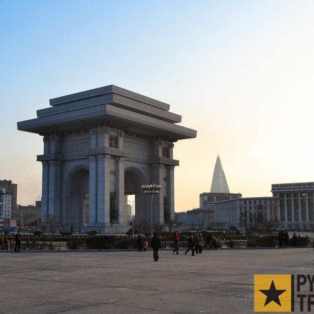 Triumphbogen in Pyongyang in der Abenddämmerung