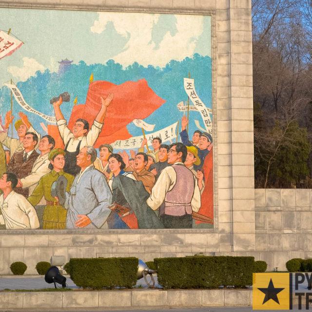 Wandgemälde am Fuße des Triumphbogens in Pyongyang